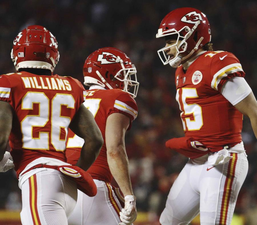 El quarterback Patrick Mahomes (15), de los Chiefs de Kansas City, festeja con el tight end Travis Kelce (87) tras un touchdown en el duelo por el campeonato de la Conferencia Americana ante los Patriots de Nueva Inglaterra, el domingo 20 de enero de 2019 (semisquare-x3)