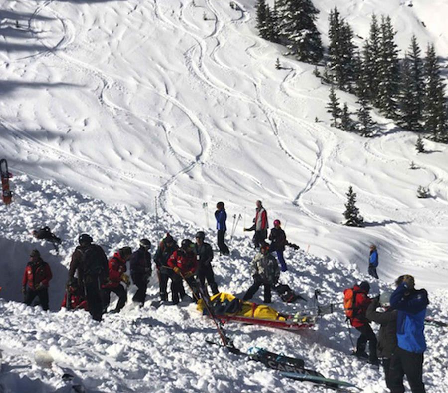 Varias personas buscan a víctimas tras una avalancha cerca del pico más alto de Taos Ski Valley, uno de los mayores centros vacacionales en Nuevo México. (semisquare-x3)