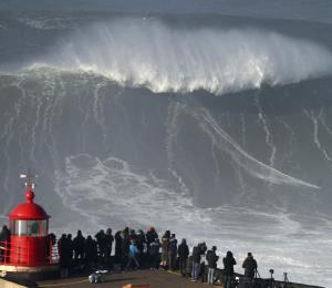 Un portugués surfea una ola de 115 pies de altura