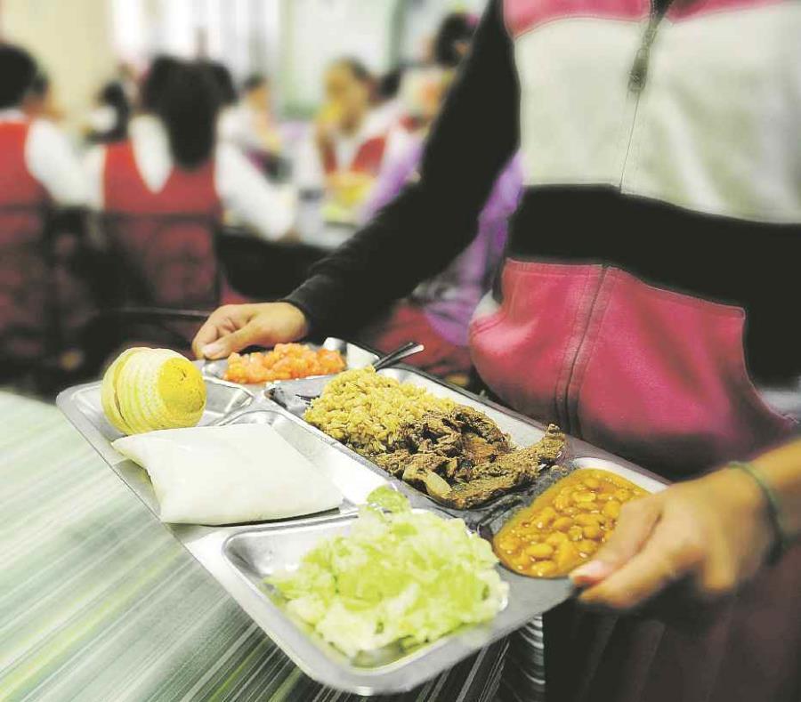 La cantidad de estudiantes que acuden a los comedores escolares se ha reducido los últimos años. En 2015, 248,367 recibieron la bandeja de almuerzo, cifra que bajó a 223,077 para 2016. (semisquare-x3)