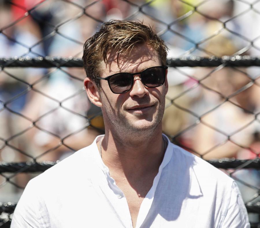 El actor australiano Chris Hemsworth sonríe mientras observa una carrera de autos en Indianápolis. (EFE) (semisquare-x3)