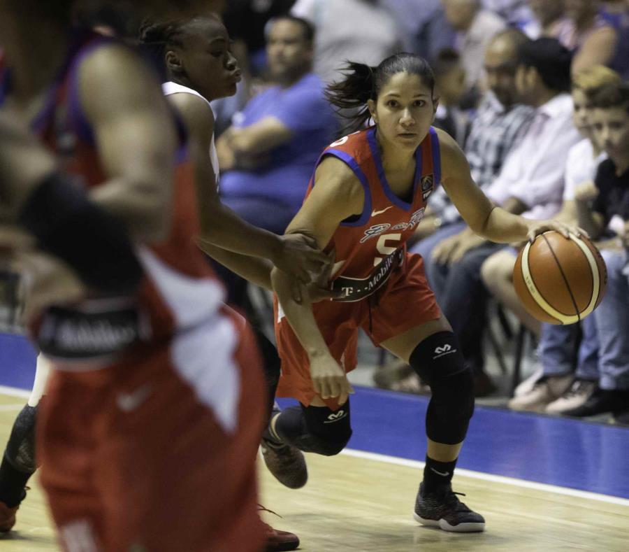 Pamela Rosado, con el balón, lideró la ofensiva de Puerto Rico en la primera mitad al marcar 11 puntos. (semisquare-x3)