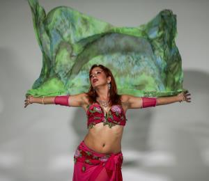La bailarina Diana Soto desea abrir diálogos sobre las danzas de Oriente Medio