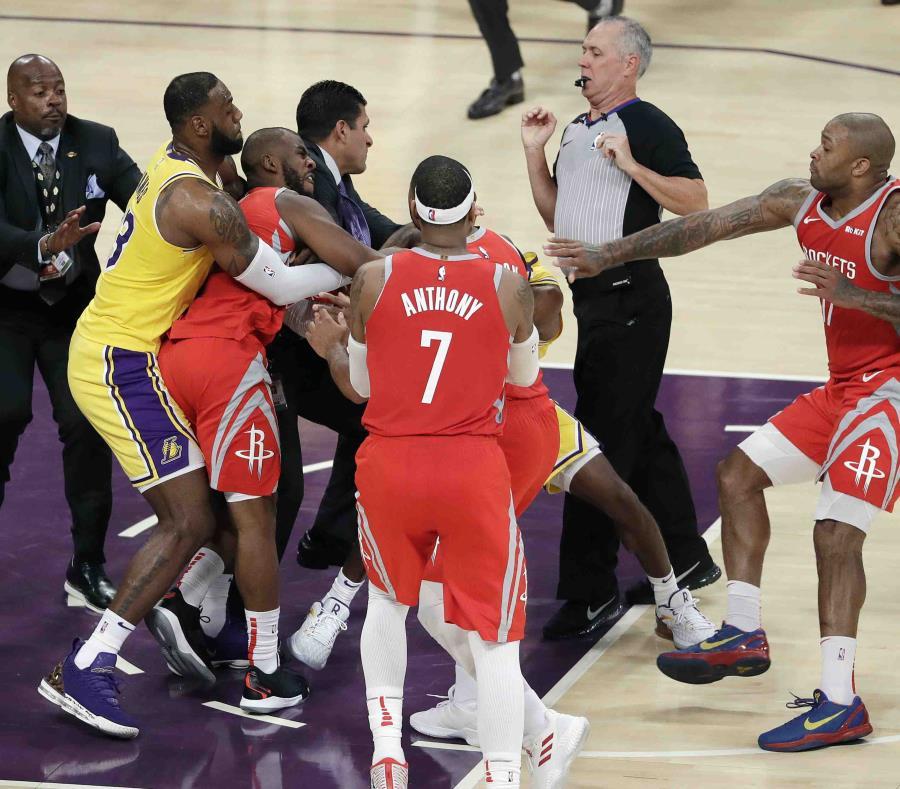 El jugador de los Rockets de Houston Chris Paul, segundo desde la izquierda, es aguantado por LeBron James, mientras Paul se pelea con Rajon Rondo, de los Lakers. (AP / Marcio Jose Sanchez) (semisquare-x3)
