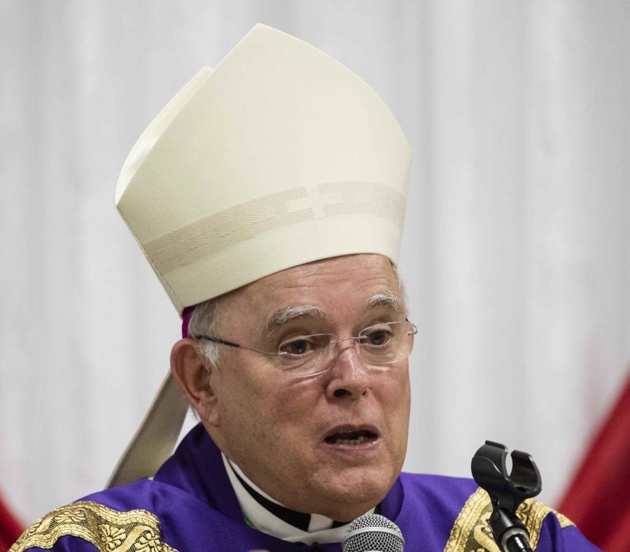 En esta fotografía de archivo del 18 de diciembre de 2017, el arzobispo de Filadelfia Charles Chaput celebra misa con reos del Centro Correccional Curran-Fromhold, en Filadelfia. (AP) (semisquare-x3)
