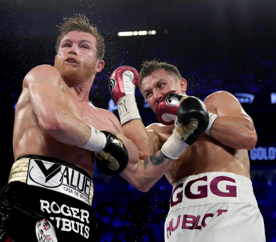Canelo Álvarez recibe un upper por parte de Gennady Golovkin (derecha) durante un instante de la pelea. (AP / Isaac Brekken) (semisquare-x3)