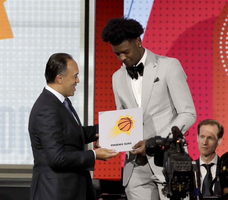 El subcomisionado de la NBA, Mark Tatum, felicita a Josh Jackson, de los Suns de Phoenix, después de que ese equipo ganó la lotería del draft, el martes 15 de mayo de 2018 (semisquare-x3)