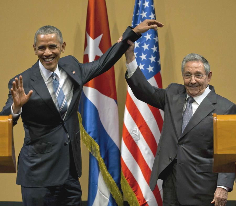 El expresidente estadounidense Barack Obama, a la izquierda junto al expresidente cubano Raúl Castro Ruz, comenzó el proceso de reapertura entre ambas naciones.  (EFE) (semisquare-x3)