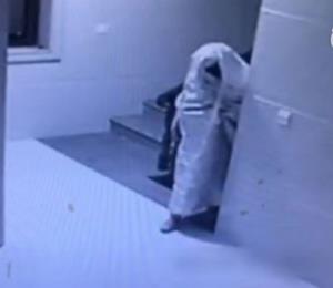 Ladrón chino se viste de fantasma para engañar una cámara de seguridad