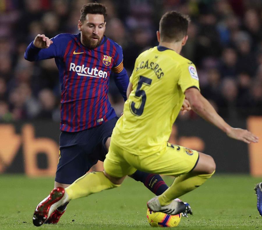 El argentino LIonel Messi, del Barcelona, disputa un balón con Santiago Cáseres, del Villarreal. (AP / Manu Fernández) (semisquare-x3)
