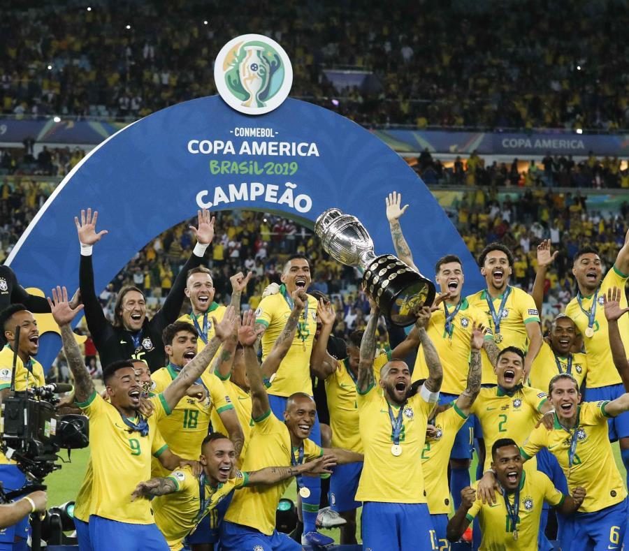 Dani Alves alza el trofeo de campeonato. (AP) (semisquare-x3)