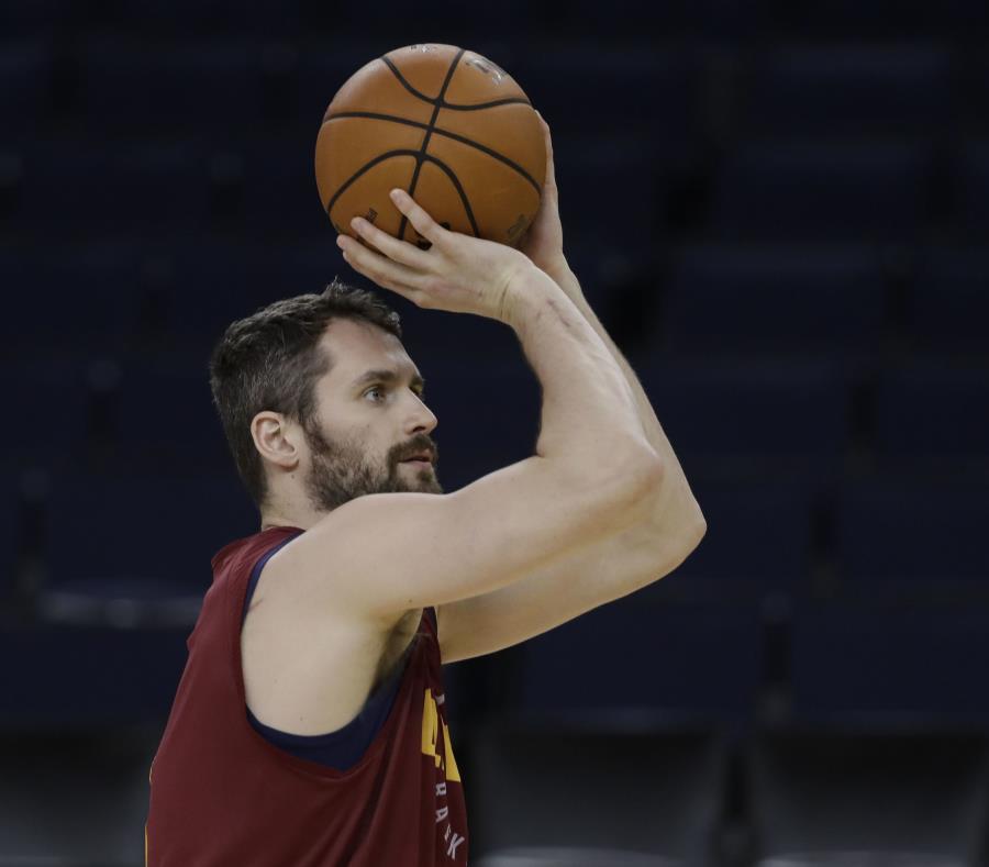Kevin Love durante la práctica de los Cavaliers en el Oracle Arena. (AP) (semisquare-x3)