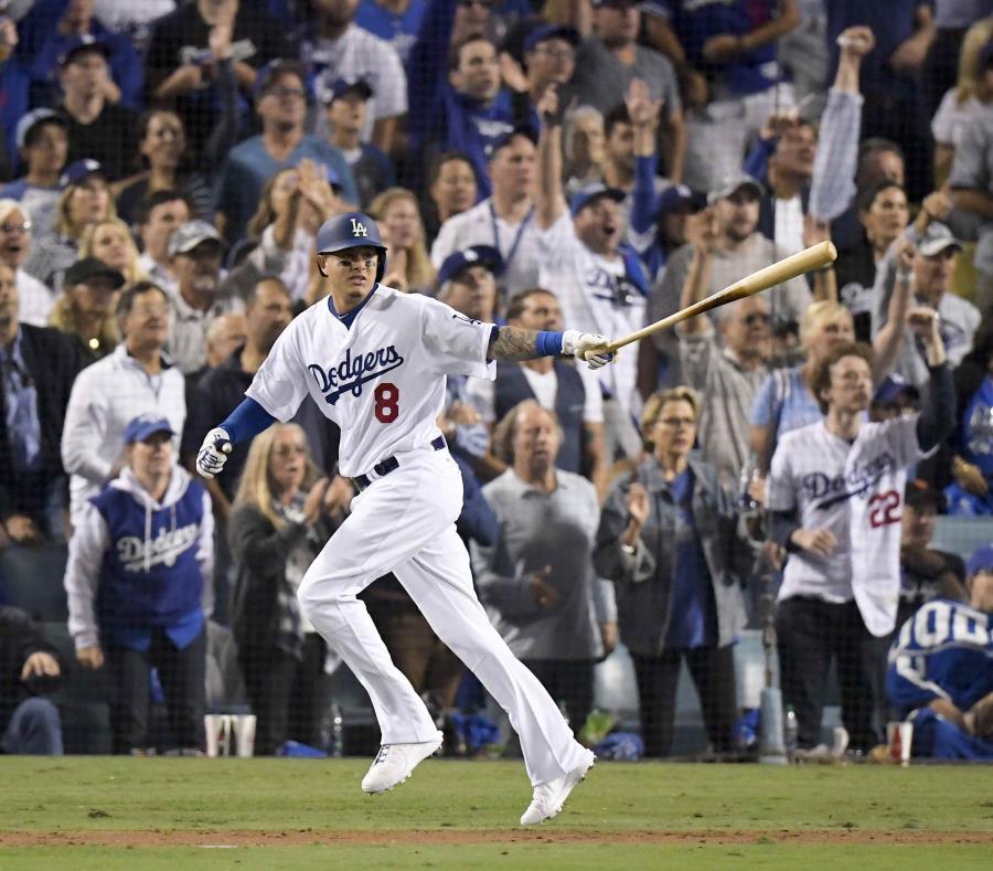 Manny Machado de los Dodgers de Los Angeles mira su sencillo contra los Medias Rojas de Boston durante la sexta entrada en el Juego 3 del juego de béisbol de la Serie Mundial, el viernes 26 de octubre de 2018 en Los Ángeles. (semisquare-x3)