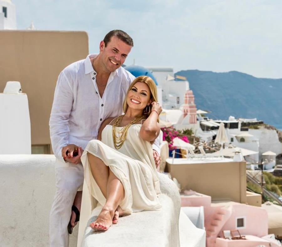 La pareja se comprometió durante un viaje sorpresa a la isla de Santorini en Grecia. (Suministrada) (semisquare-x3)