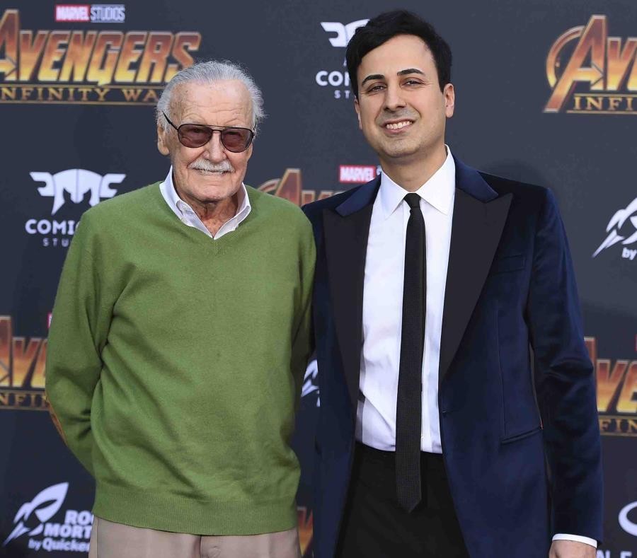 Stan Lee y su manejador Keya Morgan en la premier de