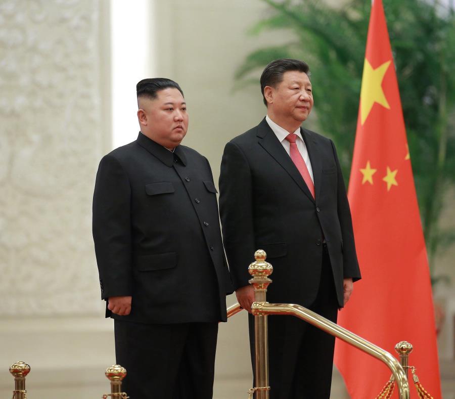 El líder norcoreano, Kim Jong-un (i), se reúne con el presidente chino, Xi Jinping (d), en Pekín (China) (semisquare-x3)