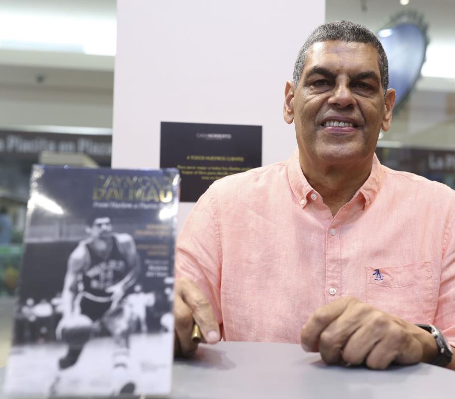 Raymond Dalmau posa con el libro que acaba de publicar. (Archivo / GFR Media) (semisquare-x3)
