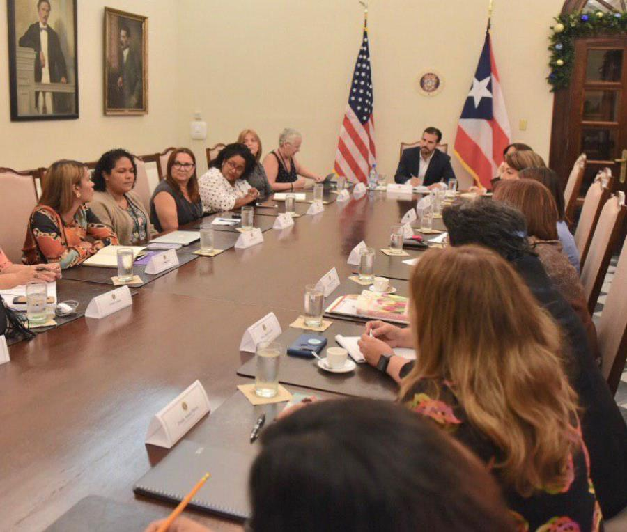 El primer ejecutivo sentado a la mesa conversando con mujeres de distintos sectores. (Suministrada) (semisquare-x3)