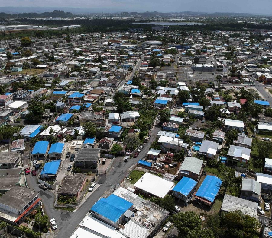 El gobierno local calcula que cerca de 30,000 hogares aún dependen de toldos azules. (GFR Media) (semisquare-x3)