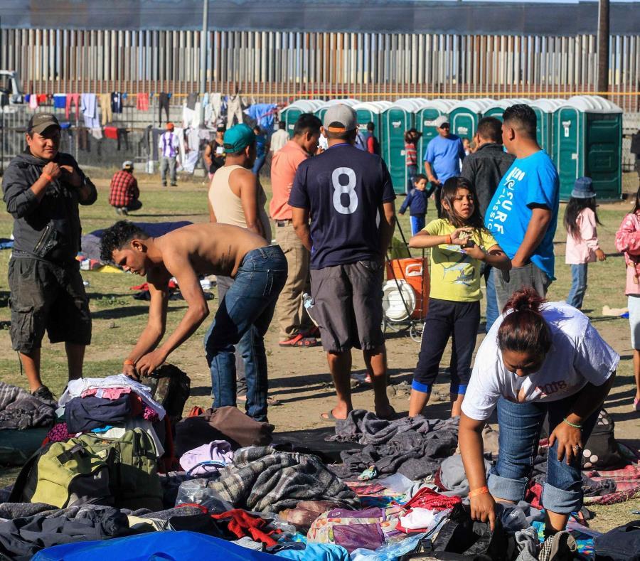 Miembros de la caravana migrante de centroamericanos permanecen en un albergue en la ciudad de Tijuana, en México. (EFE / Joebeth Terriquez) (semisquare-x3)