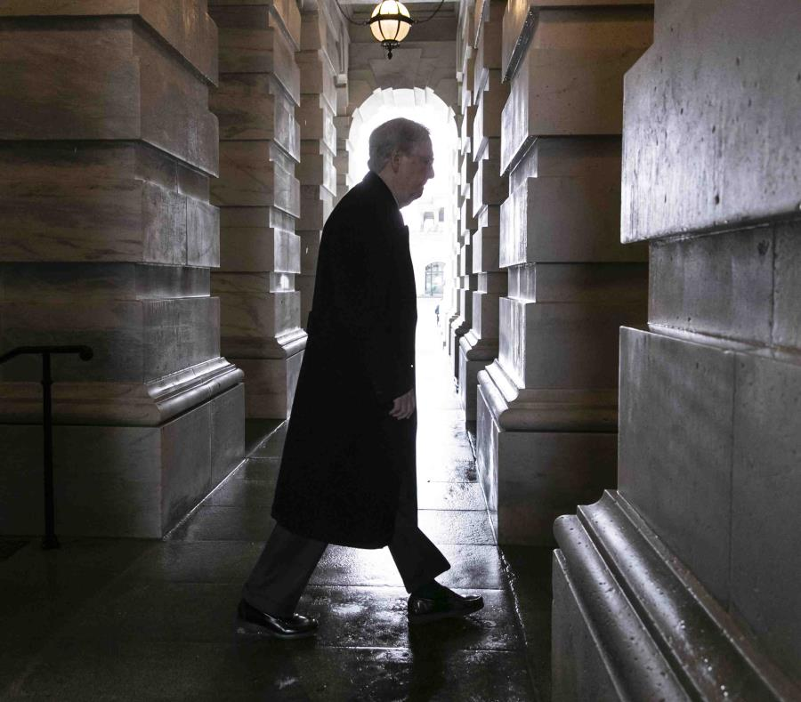 El líder del bloque de senadores republicanos, Mitch McConnell, llega al Capitolio, donde se intenta cumplir con el plazo de medianoche y evitar un cierre parcial del gobierno. (AP) (semisquare-x3)