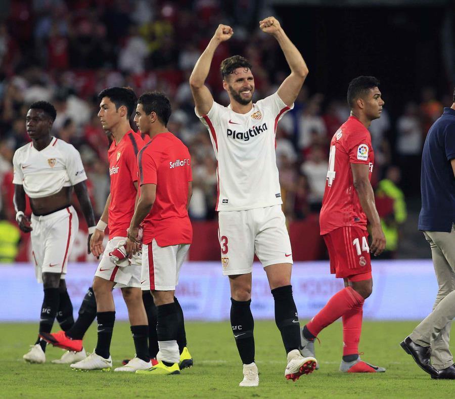 Sergi Gomez, del Sevilla, festeja la goleada contra el Real Madrid. (AP) (semisquare-x3)