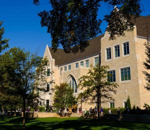 Evacúan estudiantes de universidad en Minnesota por amenaza de bomba