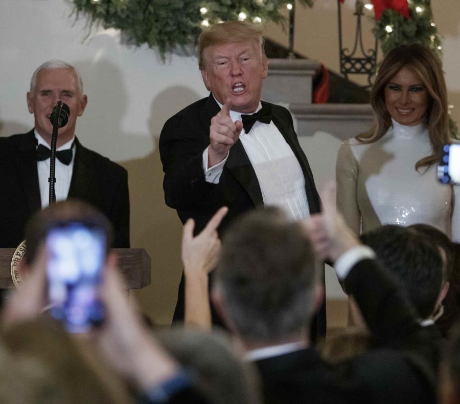 El presidente Donald Trump, con el vicepresidente Mike Pence y la primera dama Melania Trump, habla con los asistentes a la fiesta del Congreso en el Gran Foyer de la Casa Blanca en Washington el sábado 15 de diciembre de 2018. (AP Foto/Carolyn Kaster) (semisquare-x3)