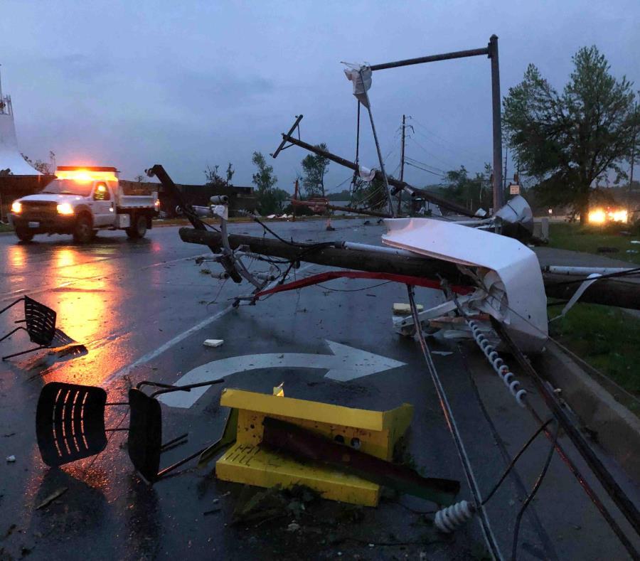 Una silla yace en la carretera tras un tornado azotar el área de Jefferson City. (AP) (semisquare-x3)