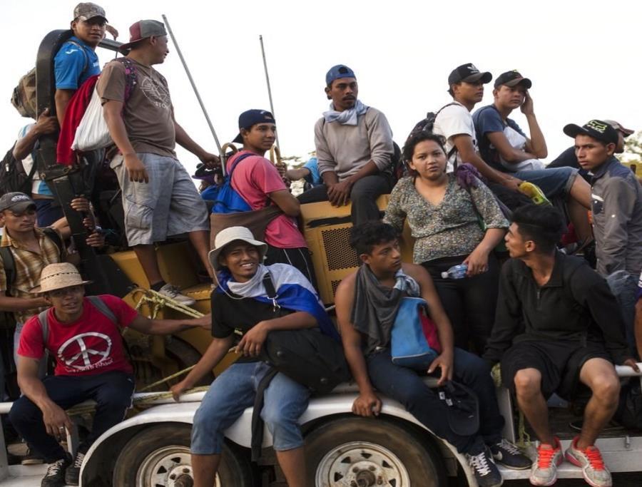 Migrantes centroamericanos viajan en caravana a Estados Unidos (semisquare-x3)