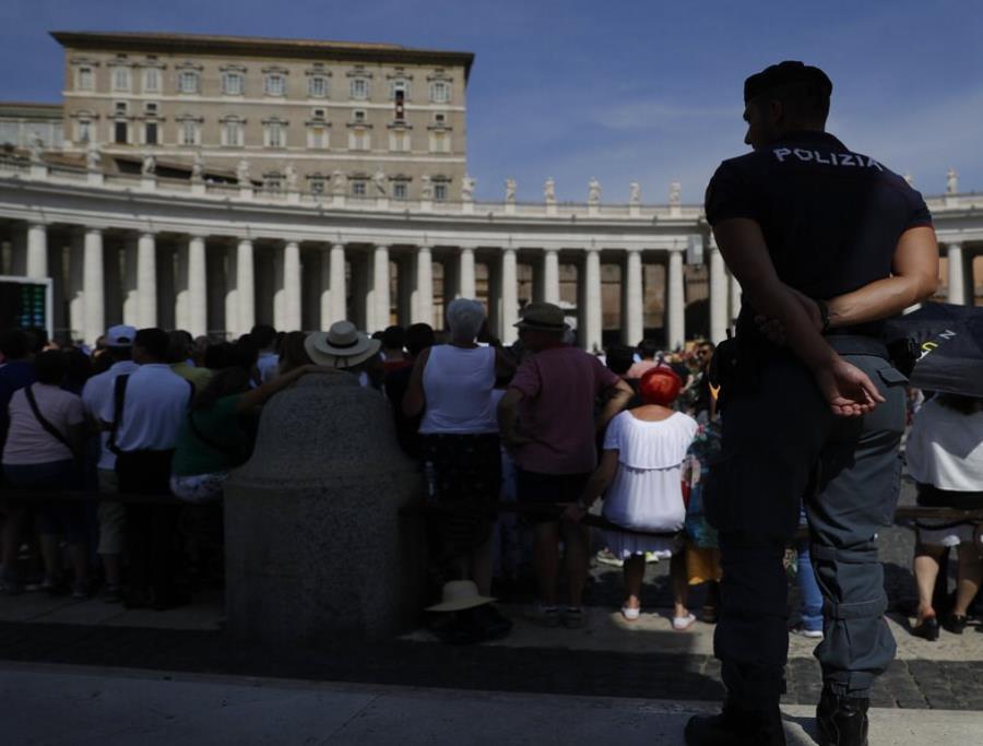 Un agente de la Policía italiana observa a los fieles durante la oración del Angelus en la Plaza de San Pedro en el Vaticano