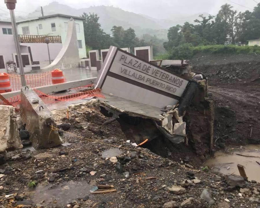 Así quedó la Plaza de Veteranos tras las fuertes lluvias registradas ayer en Villalba. (Suministrada por el alcalde Luis Javier Hernández) (semisquare-x3)