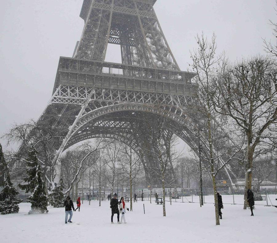 Gente camina por la nieve frente a la Torre Eiffel en París, Francia, el viernes 9 de febrero de 2018. (AP) (semisquare-x3)