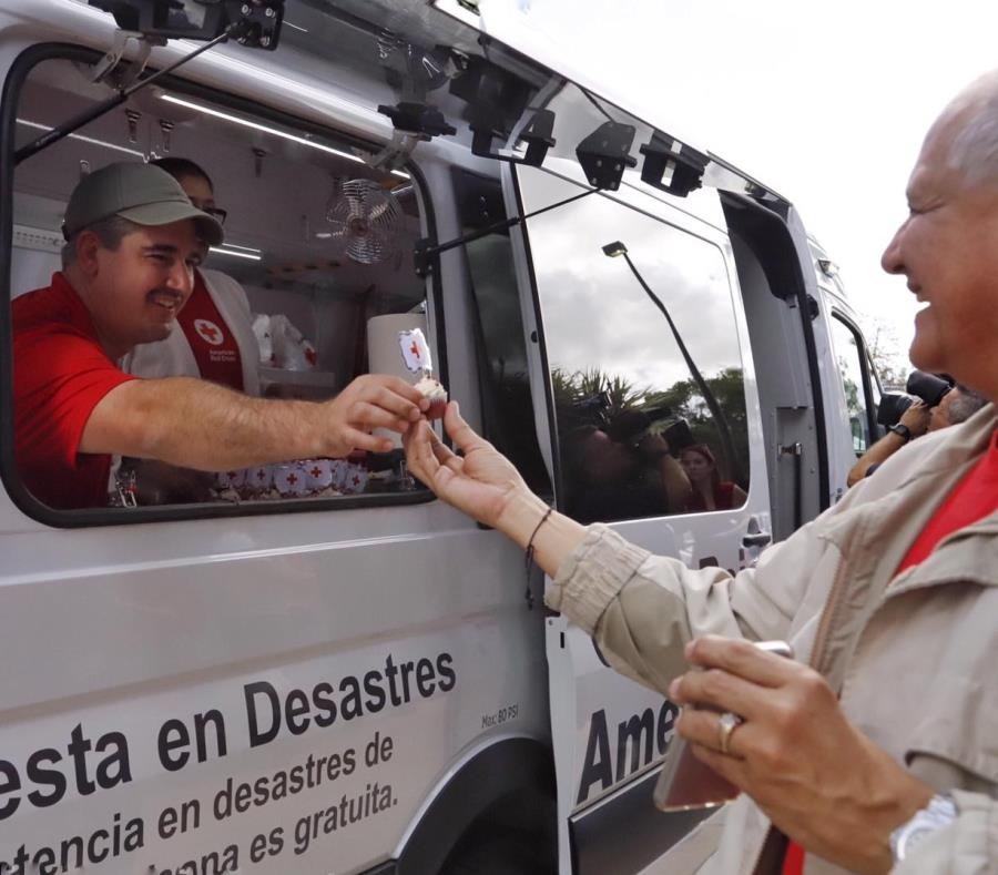 Presentación del lugar donde se distribuirán alimentos y suministros a las comunidades desde el vehículo. (semisquare-x3)