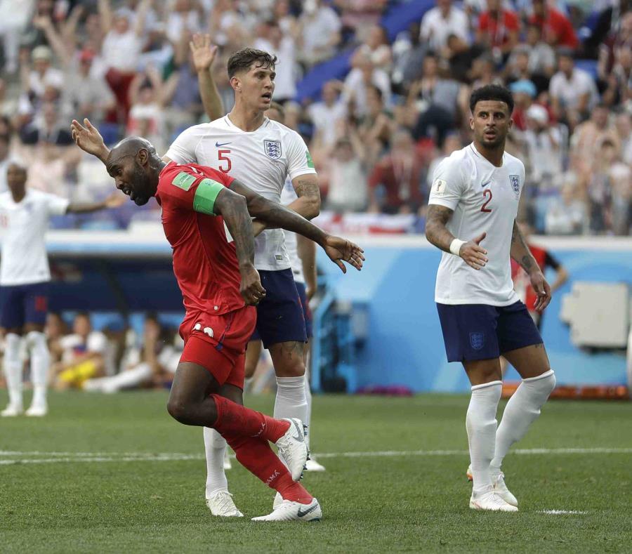 Felipe Baloy (rojo) comienza a celebrar el gol que marcó para Panamá. (AP) (semisquare-x3)