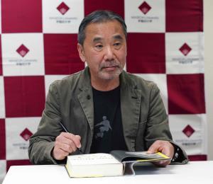Novelista Haruki Murakami realiza programa de radio desde su casa