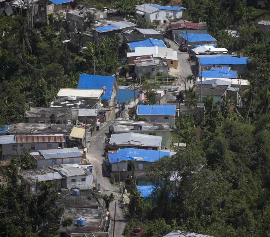 Casas con toldos azules luego del paso del huracán María por Puerto Rico. (semisquare-x3)