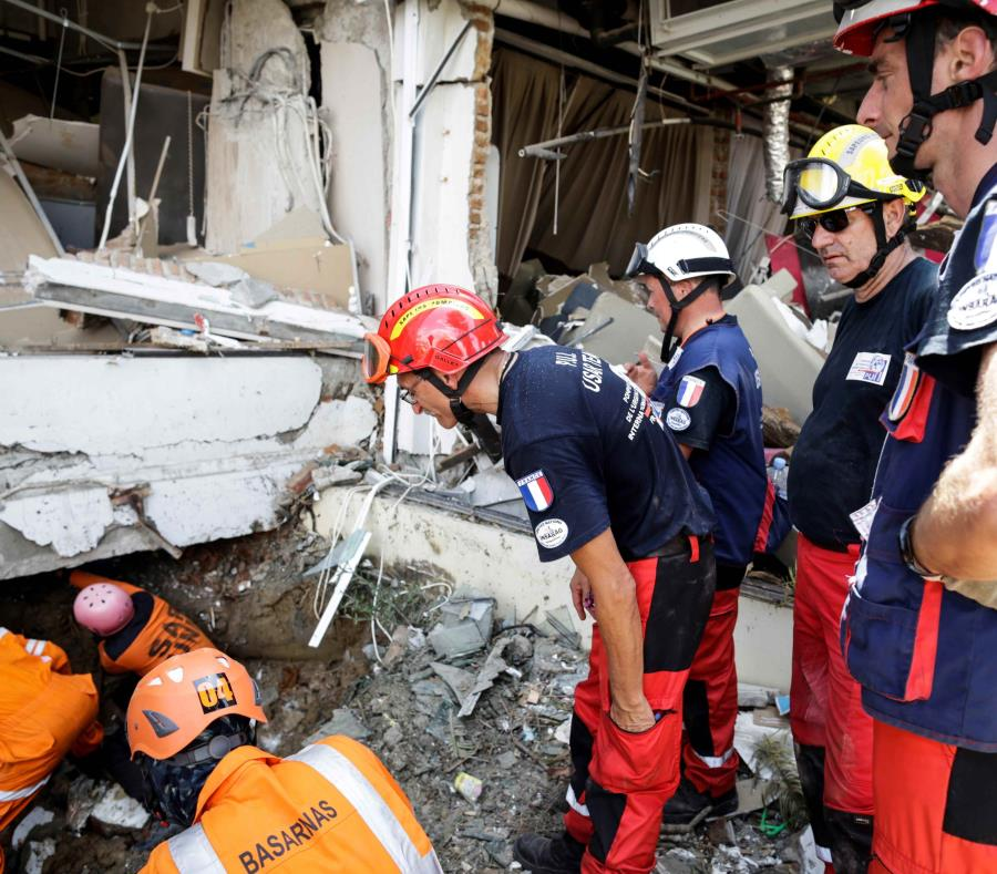 Detectan señales de vida entre los escombros de un hotel en Indonesia (semisquare-x3)