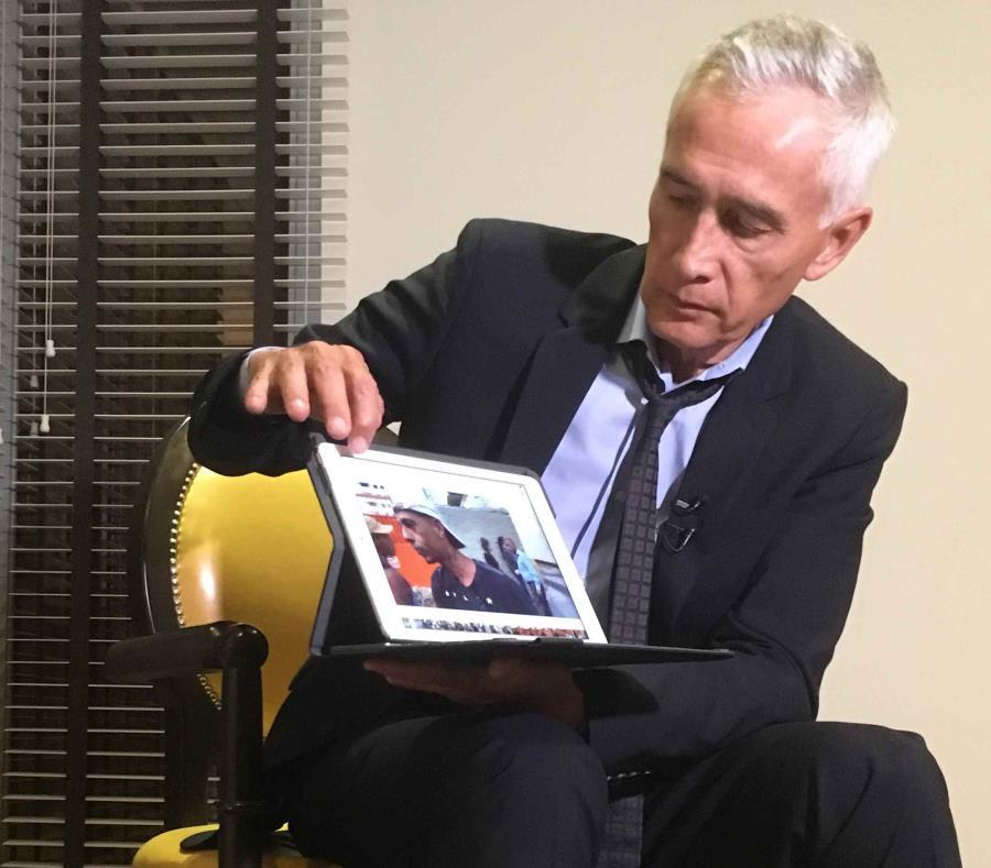 En esta imagen de febrero pasado, Jorge Ramos muestra un vídeo que, afirma,en el que aparecen jóvenes venezolanos que comían sobras de la parte trasera de un camión de basura en Caracas, durante una entrevista en un hotel en la capital venezolana. (AP) (semisquare-x3)