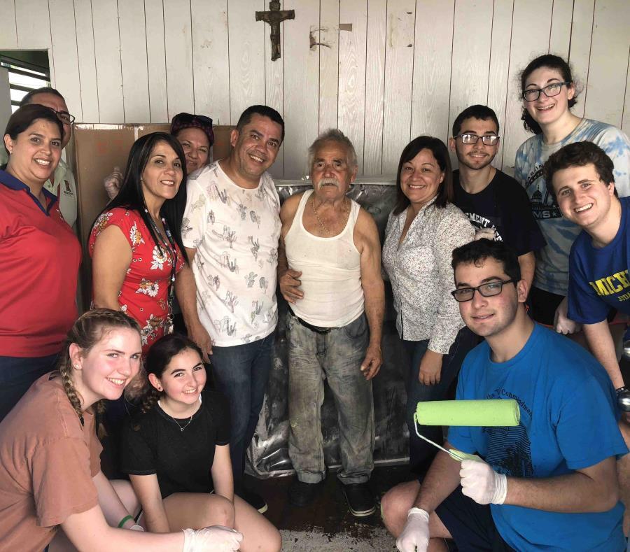 El grupo trabajó en la reparación y pintura de varias casas en el Barrio Barahona y en el cetro urbano. (Suministrada) (semisquare-x3)