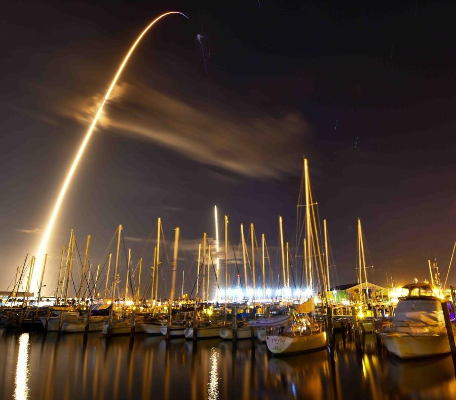 En esta imagen captada con una exposición de ocho minutos se observa el lanzamiento de un cohete Falcon 9 de SpaceX desde la Estación de la Fuerza Aérea de Cabo Cañaveral desde el Ocean Club Marina en Puerto Cañaveral, Florida. (semisquare-x3)