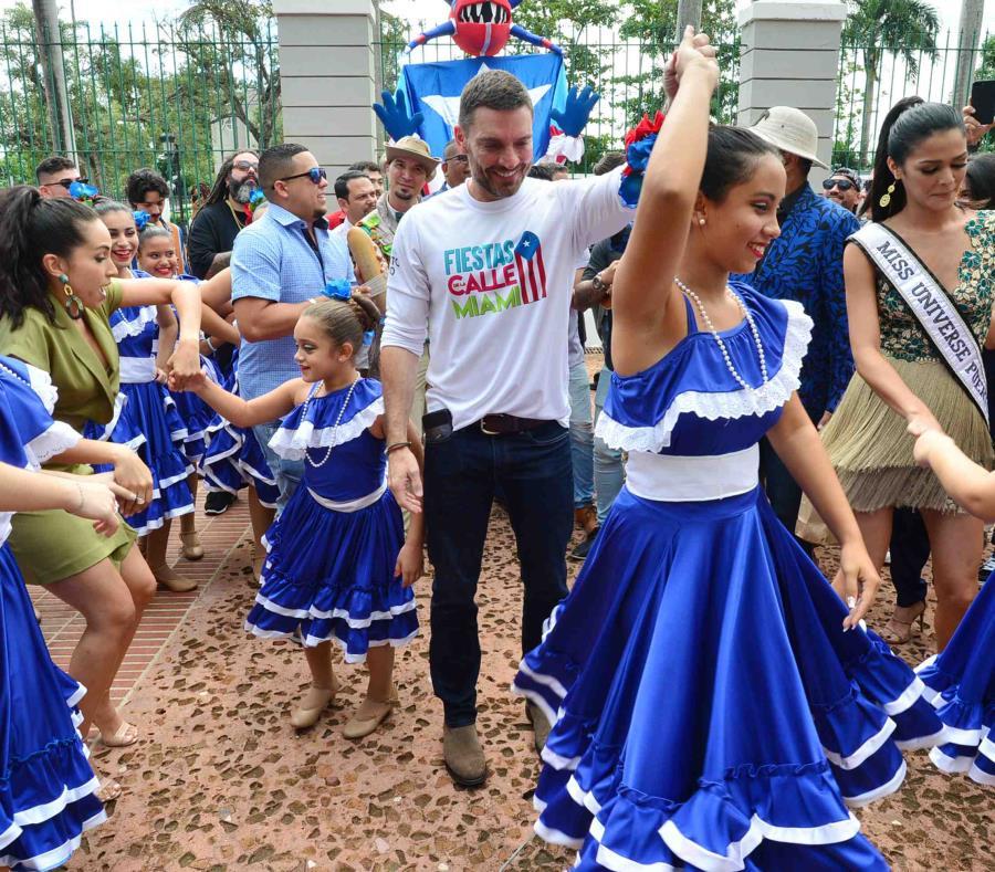 Julian Gil y Kiara Liz bailan con unas niñas durante la conferencia de prensa. (semisquare-x3)