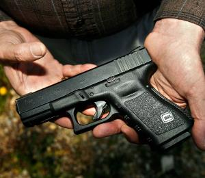 Cuatro individuos interceptan a un hombre para robarle su arma