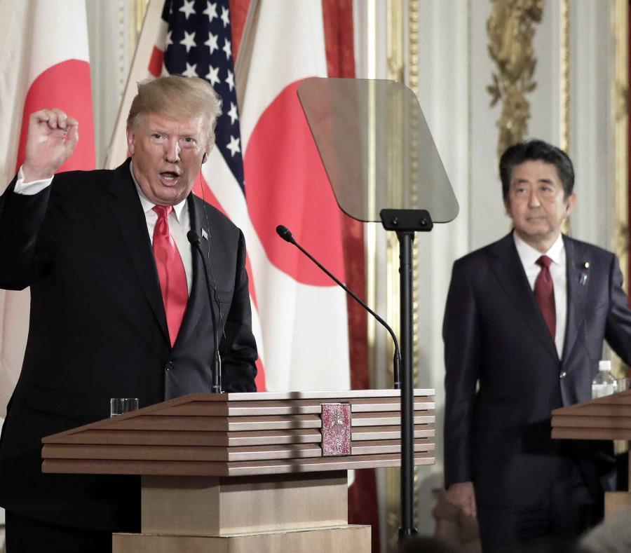 El presidente de Estados Unidos, Donald Trump, a la izquierda, habla mientras el primer ministro de Japón, Shinzo Abe, escucha durante una rueda de prensa en el Palacio de Akasaka en Tokio, el lunes 27 e mayo de 2019. (Kiyoshi Ota/Pool Photo via AP) (semisquare-x3)