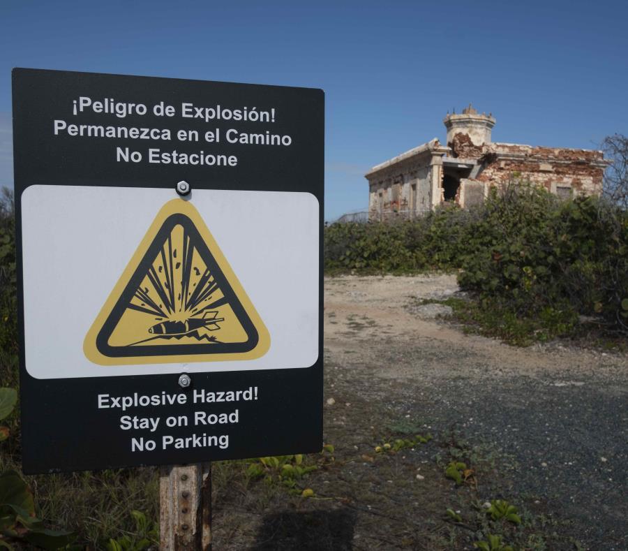 Al fondo, el faro de Puerto Ferro, que está ubicado en la costa sur de Vieques, en la punta cayo Verdiales. (semisquare-x3)