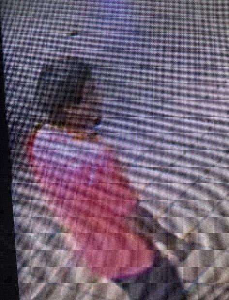 La Policía divulgó esta imagen del sospechoso y pidió la ayuda a la ciudadanía para identificarlo. (Suministrada) (vertical-x1)