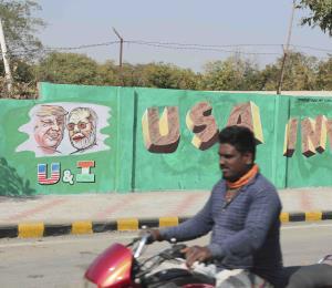 India construye muro alrededor de barrio pobre antes de visita de Trump