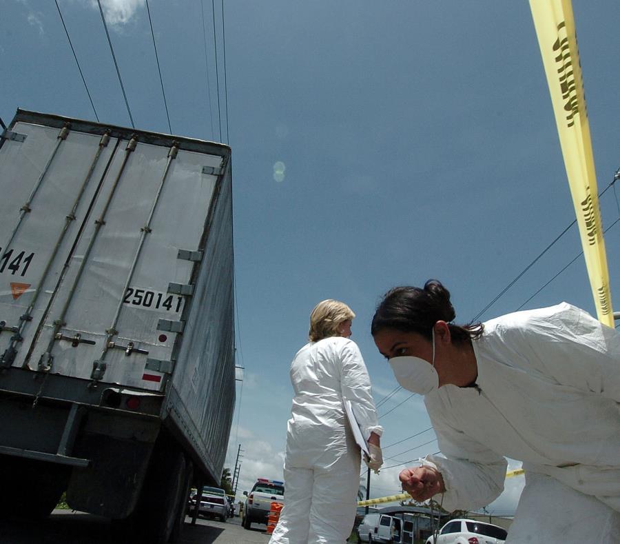 Investigadores analizan una escena en la que se encontró un vagón abandonado. (GFR Media) (semisquare-x3)
