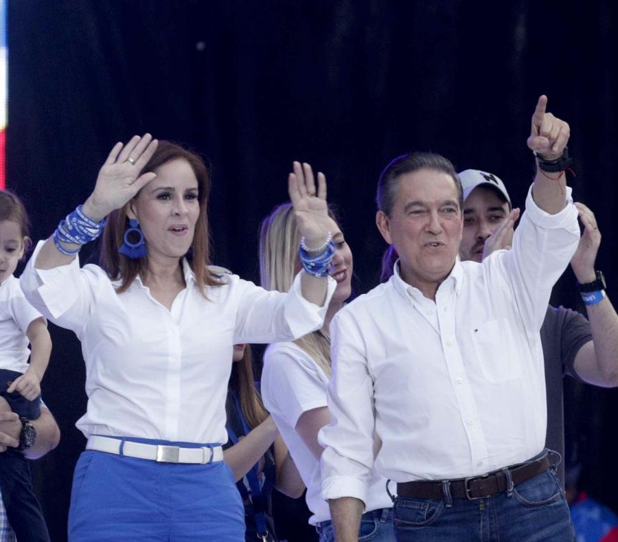 A la izquierda Yazmín Colón acompañada de su esposo y nuevo presidente de Panamá, Laurentino Cortizo (semisquare-x3)