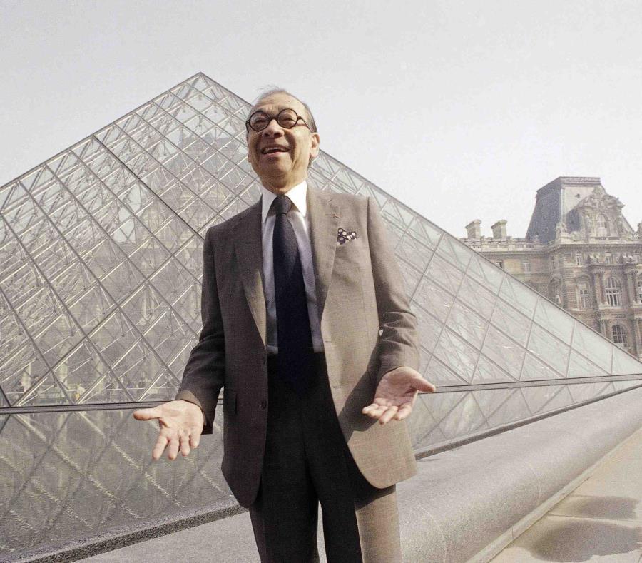 I.M. Pei junto a su pirámide en París, Francia. (AP) (semisquare-x3)